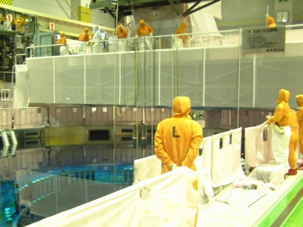 写真・図版 : シュラウドのひび割れの兆候について調べるチーム(2002年撮影、東京電力の柏崎刈羽原発1号機で)