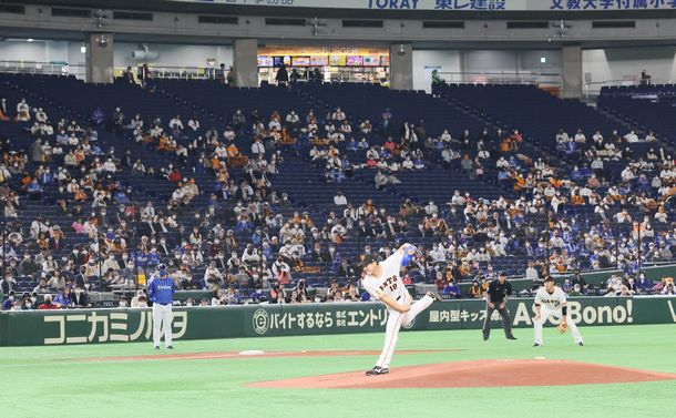 写真・図版 : 観客を1万人に制限し巨人―DeNAの開幕戦を迎えた東京ドーム。マウンドは巨人先発の菅野=2021年3月26日