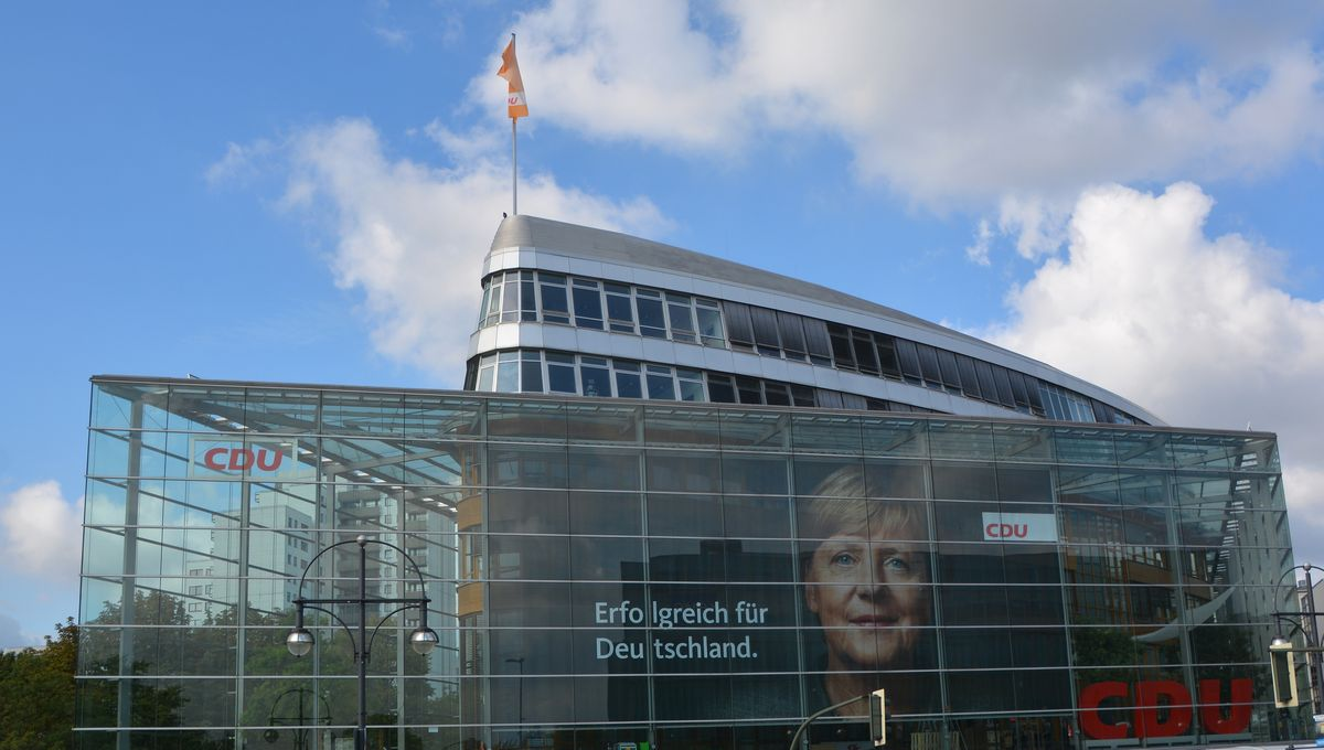 写真・図版 : キリスト教民主同盟(CDU)の党本部建物=meunierd/Shutterstock.com