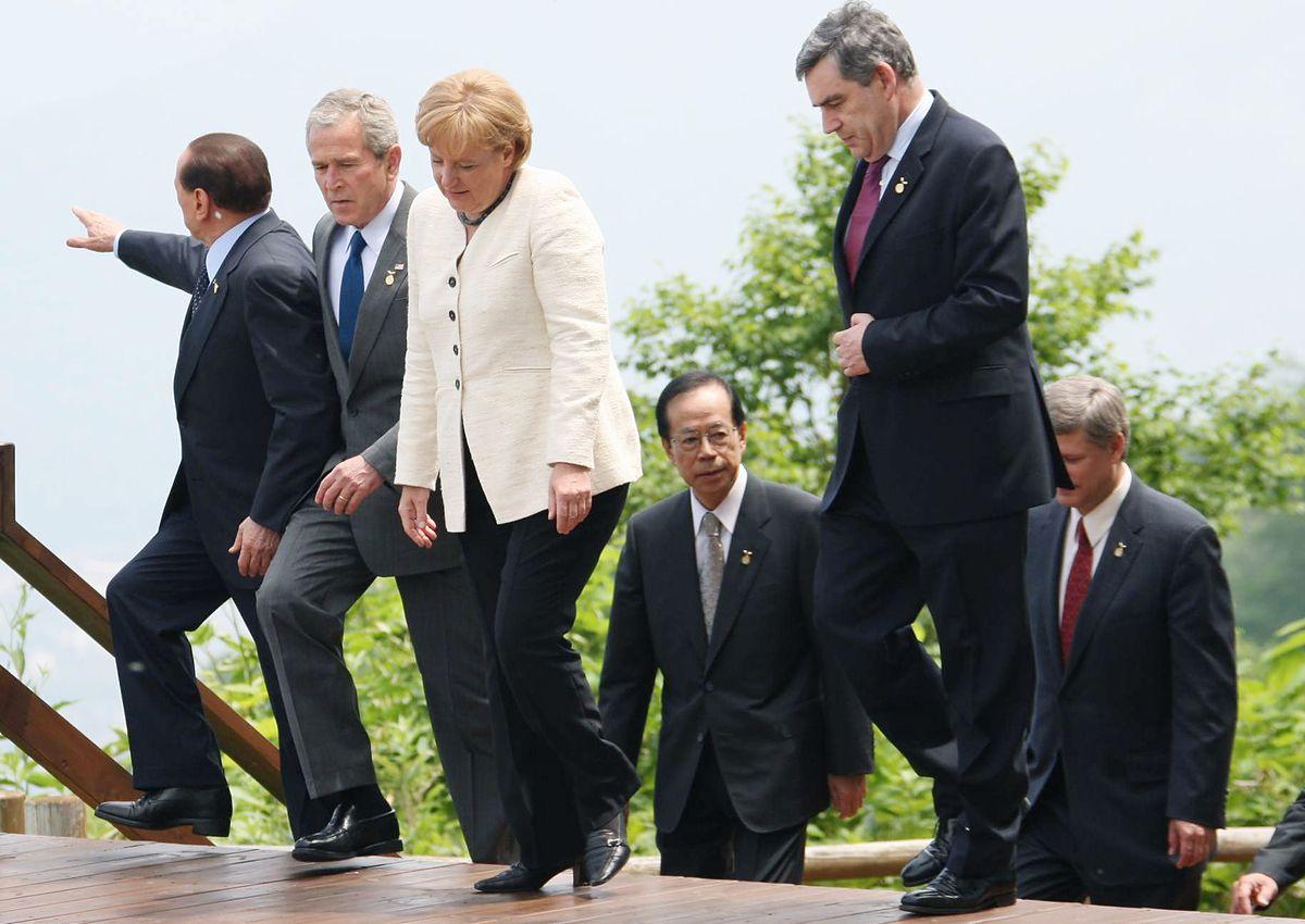 写真・図版 : メルケル氏は15年余りの首相在任中、国際政治の舞台で存在感を保ち続けてきた。写真は北海道洞爺湖サミット会場でベルルスコーニ伊首相、ブッシュ米大統領、ブラウン英首相らと言葉を交わすメルケル氏=2008年7月