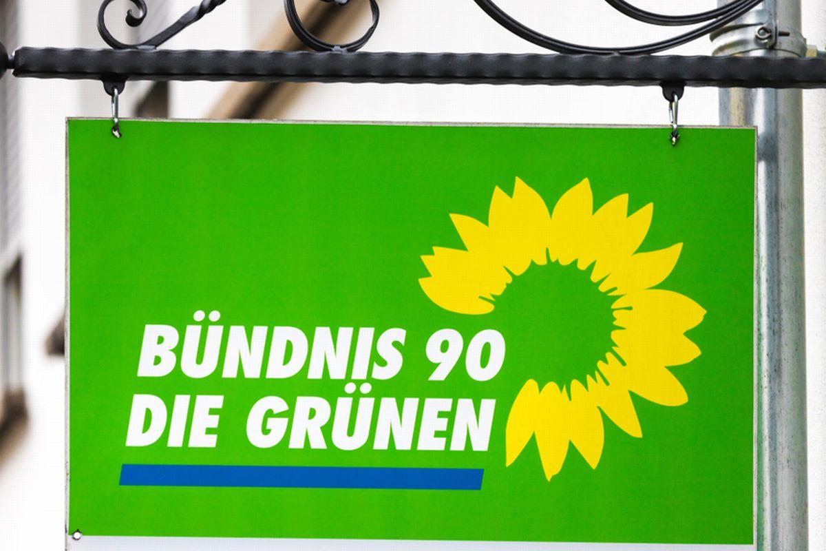 写真・図版 : 緑の党のサイン=Tobias Arhelger/Shutterstock.com