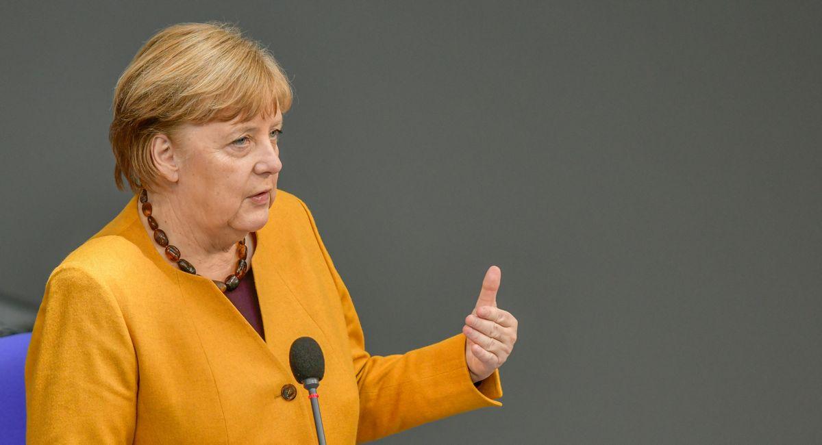 写真・図版 : コロナ対策で打ち出したイースター休暇中の行動制限強化策を撤回して謝罪したドイツのメルケル首相=2021年3月24日、photocosmos1/Shutterstock