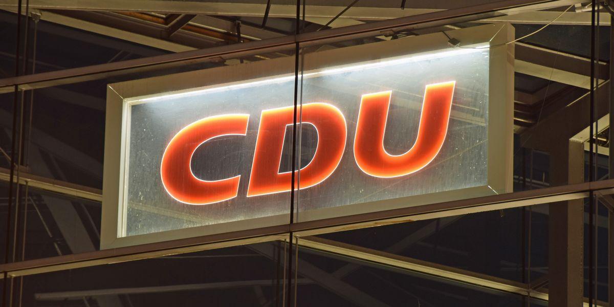 写真・図版 : キリスト教民主同盟(CDU)の党本部建物にある党名のロゴ=hydebrink/Shutterstock.com