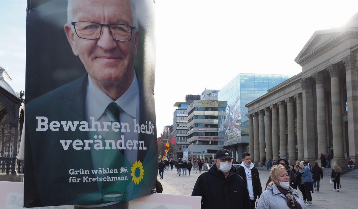 写真・図版 : バーデン・ビュルテンベルク州議選で、緑の党への支持を訴えるクレッチマン州首相のポスター=2021年3月12日、シュツットガルト