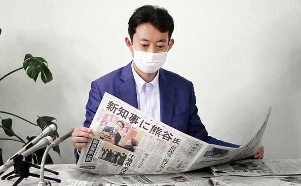 写真・図版 : 当選から一夜明け、取材に応じる熊谷俊人氏=2021年3月22日、千葉市中央区