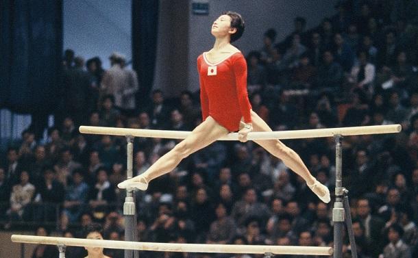 写真・図版 : 体操女子個人総合9位となった小野清子選手の段違い平行棒=1964年10月21日、東京体育館