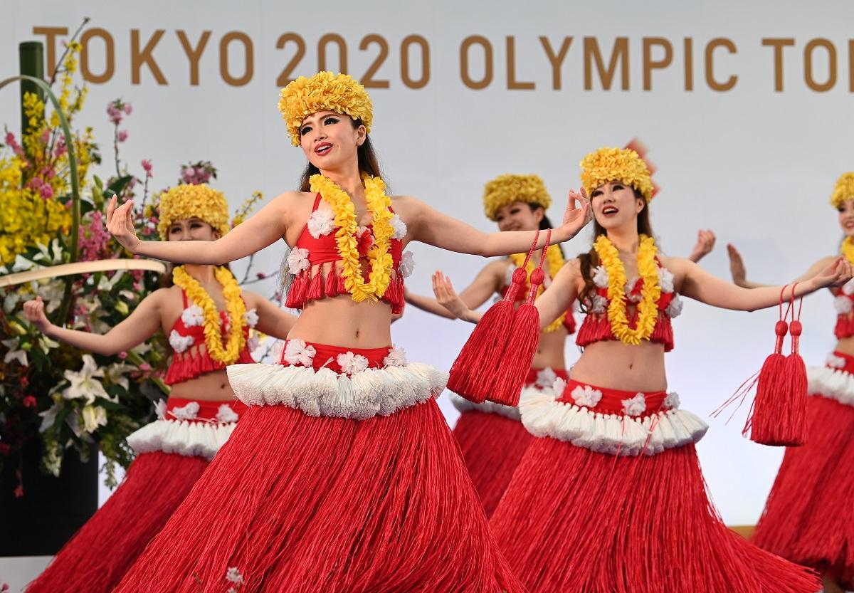 写真・図版 : 聖火リレーの出発式では、スパリゾートハワイアンズの「フラガール」によるフラダンスが披露された=2021年3月25日、福島県のJヴィレッジ