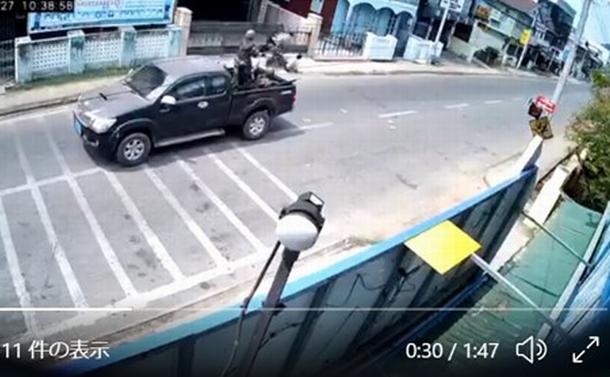 3月27日、通りがかったバイクに乗っていた若者たちを銃撃する兵士たち。ツイッターで広く共有されている(https://twitter.com/i/status/1375712453347057670 閲覧は十分注意してください)