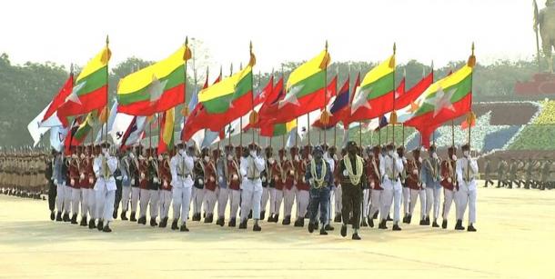 3月27日 首都ネピドーで行われた軍事パレード 出典は https://pbs.twimg.com/media/Exex6KBUUAQ1SeJ?format=jpg&name=900x900