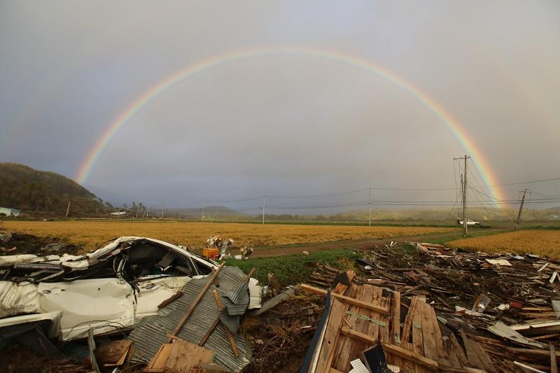 写真・図版 : 北海道胆振東部地震発生から1カ月が過ぎた7日、震度7を記録した厚真町に大きな虹がかかった=2018年10月7日午後4時29分、北海道厚真町