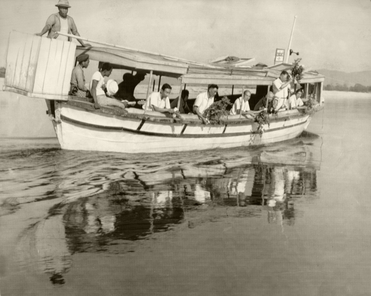 写真・図版 : 太平洋戦争のビルマの戦いで戦死した兵士の遺骨収集団による水上慰霊祭=1956年2月22日、ミイトキーナ近くのイラワジ河