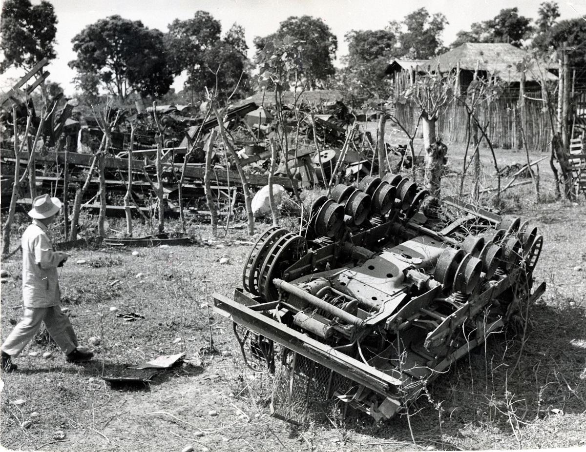 写真・図版 : 1956年、ビルマ遺骨収集団が発見した、北部ビルマ(ミャンマー)のミートキーナ市付近のランプールに残る第二次世界大戦中の米軍戦車の残骸