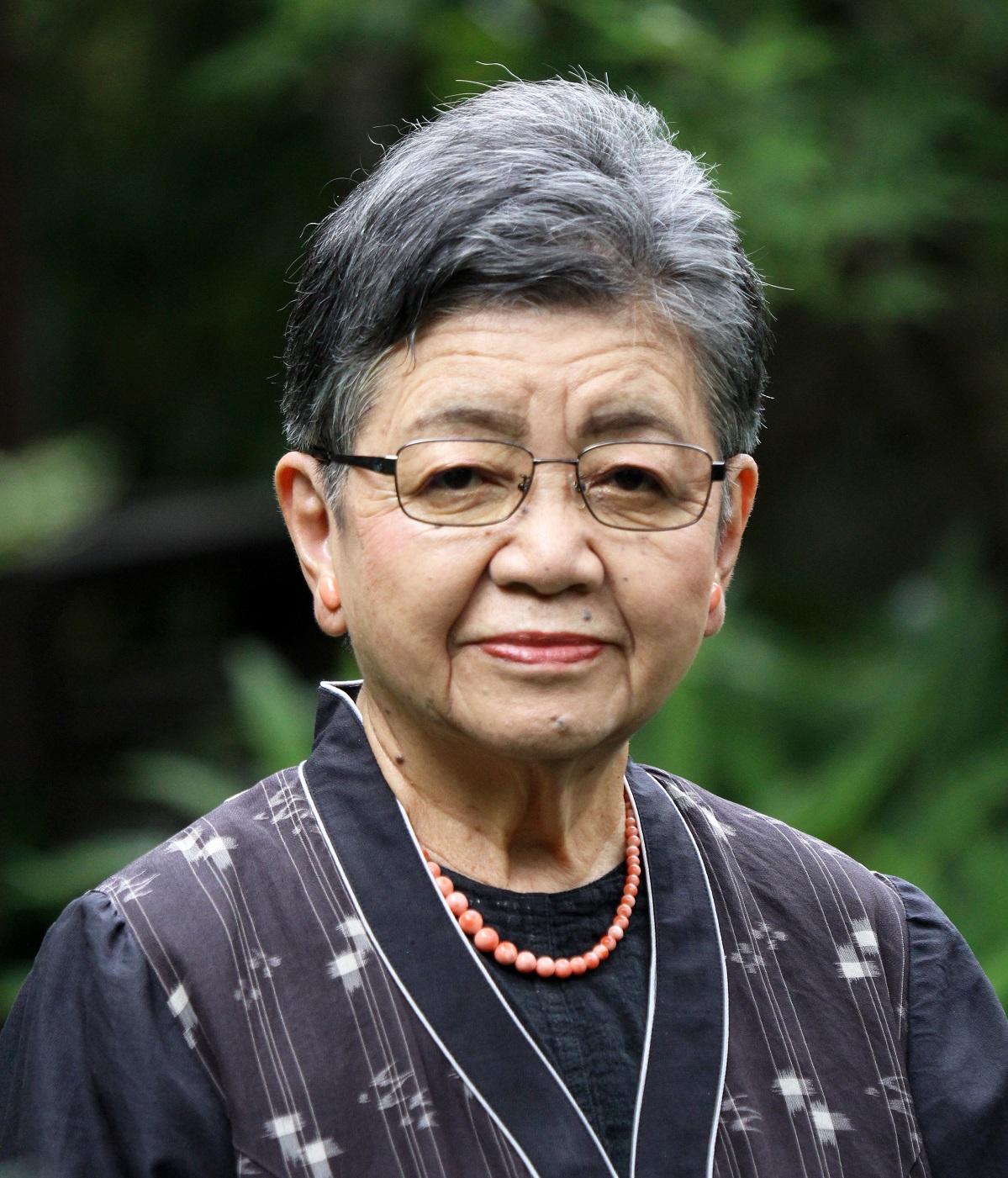 川嶋みどり  日本赤十字看護大学名誉教授  1931年生まれ。日本赤十字女子専門学校卒業。日本赤十字社中央病院看護師20年、その後、健和会臨床看護学研究所、日本赤十字看護大学学部長などを経て現職。2007年、顕著な功労のある看護師に与えられる「ナイチンゲール記章」を受章。著書に『看護の羅針盤 366の言葉』(ライフサポート社)、『看護の力』(岩波新書)など多数