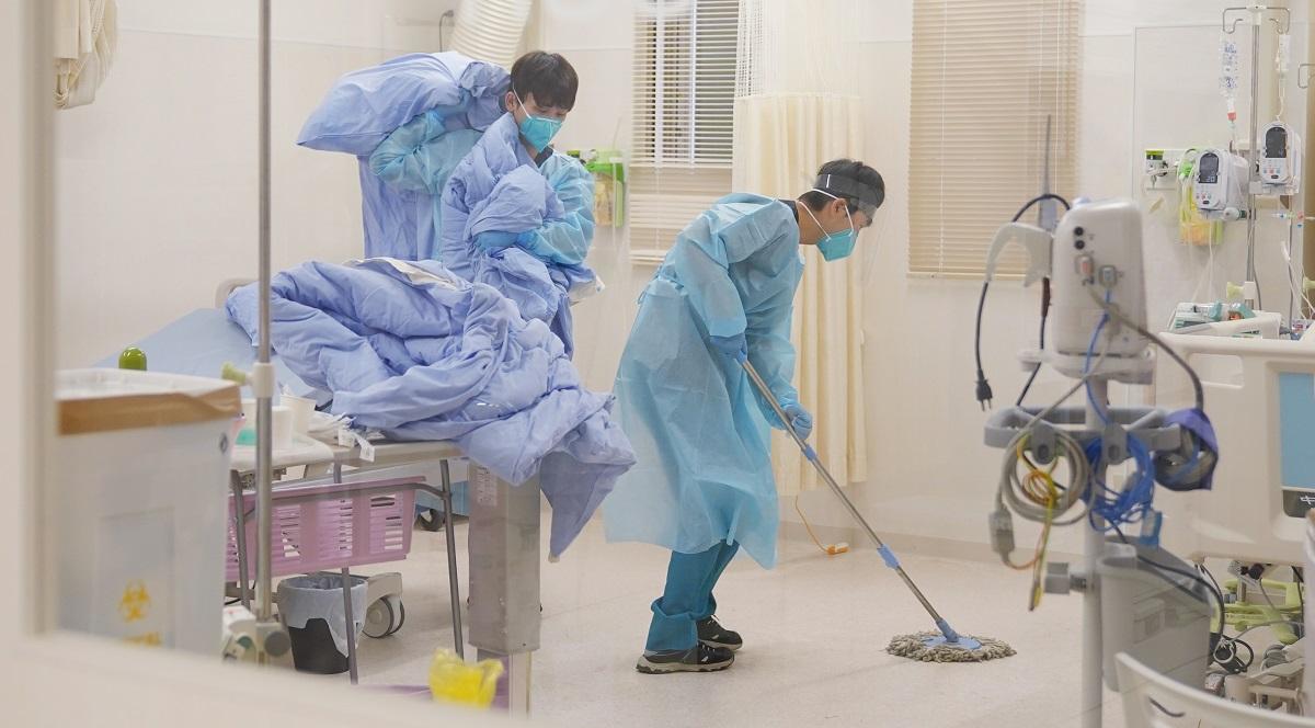 レッドゾーン内の清掃は看護職員らが担う=2020年12月16日、埼玉県三芳町、川村直子撮影 埼玉県三芳町の「ふじみの救急病院