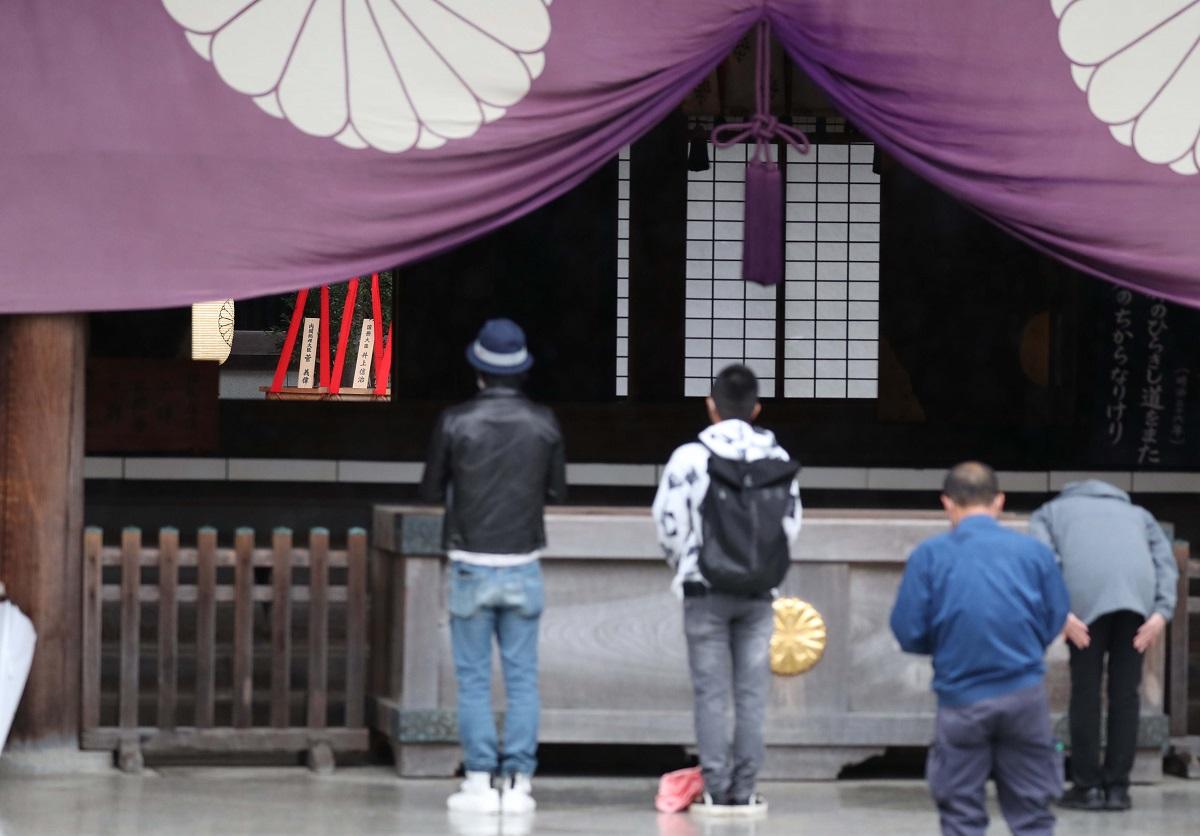 写真・図版 : 靖国神社に菅義偉首相が奉納した真榊が置かれていた(左奥)=2020年10月17日
