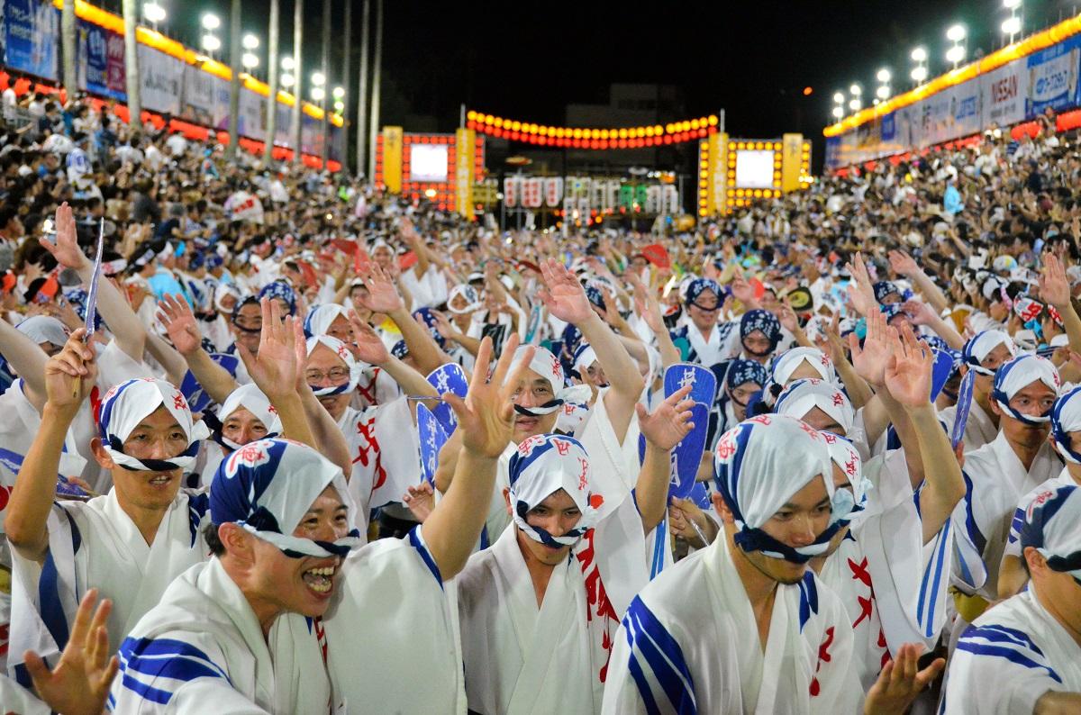 写真・図版 : 阿波踊り=2019年8月19日、徳島市の藍場浜演舞場