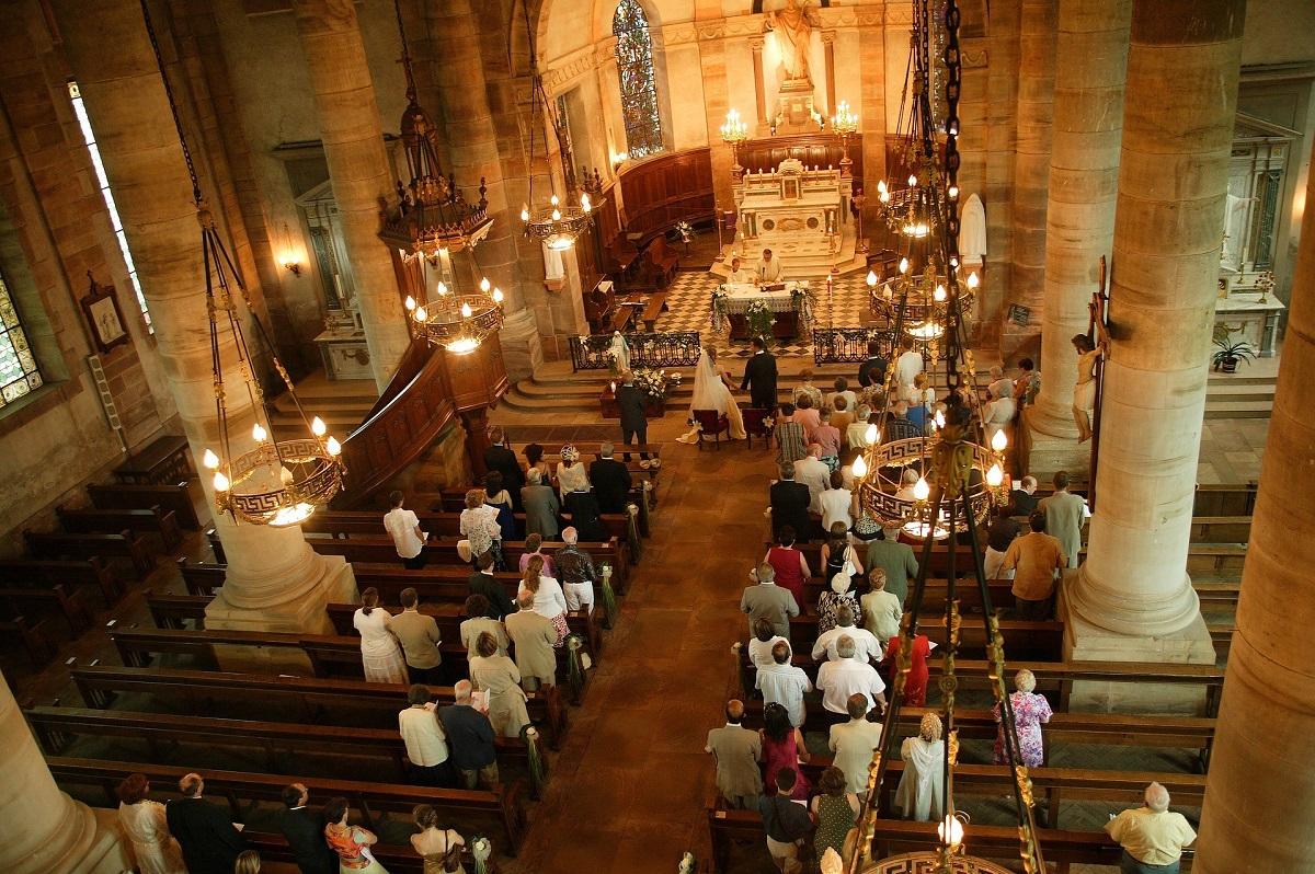 写真・図版 : 教会で結婚式を挙げるカップルは、伝統的な婚姻の形を好み妻が夫の姓に改名することが多い