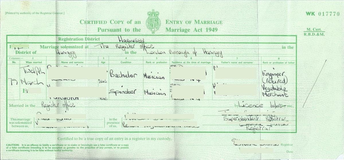 写真・図版 : 英国の結婚証明書。結婚した日付に始まり、結婚前の名前と職業、年齢、独身か再婚か、父親の名前、立会人と登記係の名前が入る