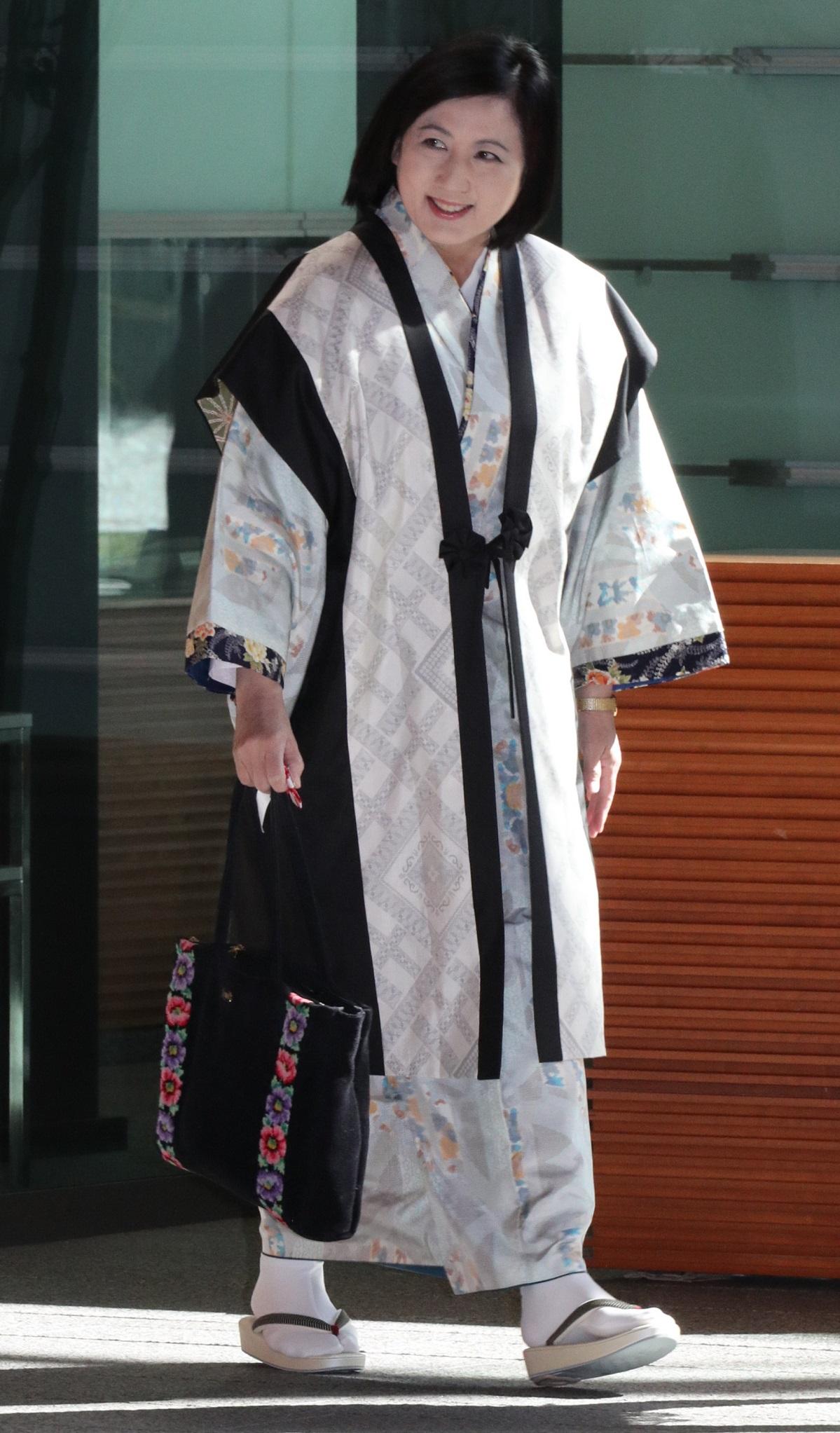「元号に関する懇談会」のため首相官邸に入る宮崎緑さん=2019年4月1日