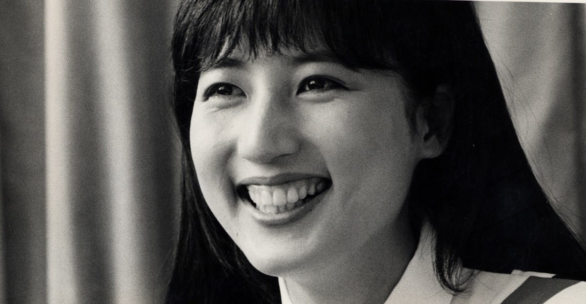 写真・図版 : NHK「ニュースセンター9時」でキャスターをしていた時の宮崎緑さん=1984年