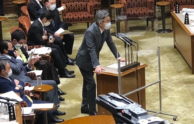 写真・図版 : 参議院予算委員会で答弁する武田良太総務大臣=撮影・筆者