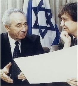 写真・図版 : ペレス首相(左)とプランチュ氏