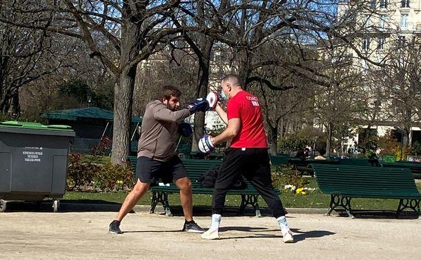 写真・図版 : ジムが閉鎖されたため、公園でボクシングのトレーニングをする人たち=2021年3月26日、パリ8区の公園(山口昌子撮影)