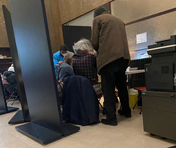 写真・図版 : パリ14区にあるワクチン・センターでワクチンをうつ人たち=2021年3月19日(山口昌子撮影)