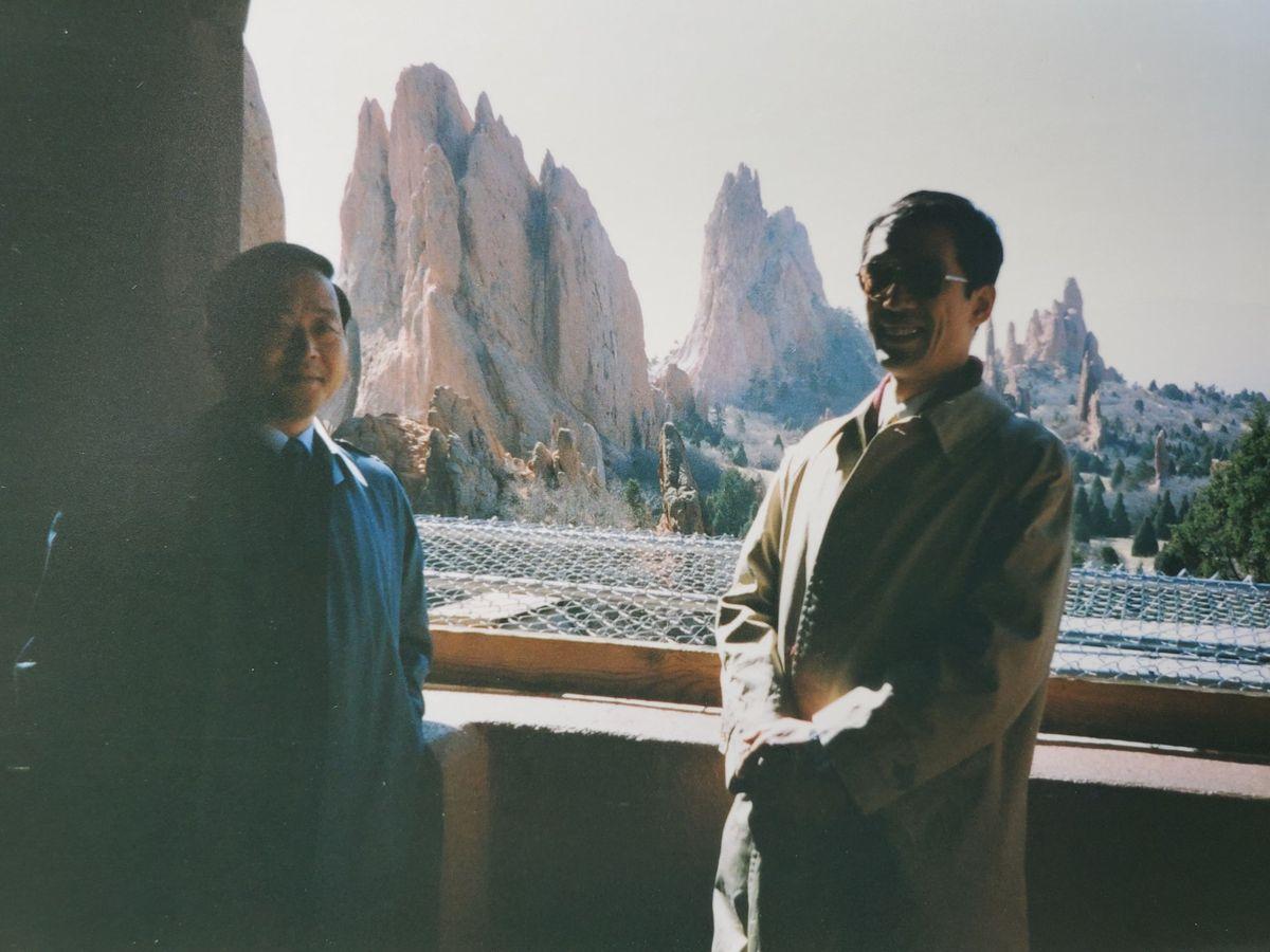 写真・図版 : 1990年、防衛庁の畠山蕃・長官官房審議官(左)の米国出張に同行した黒江氏=コロラド州。黒江氏提供