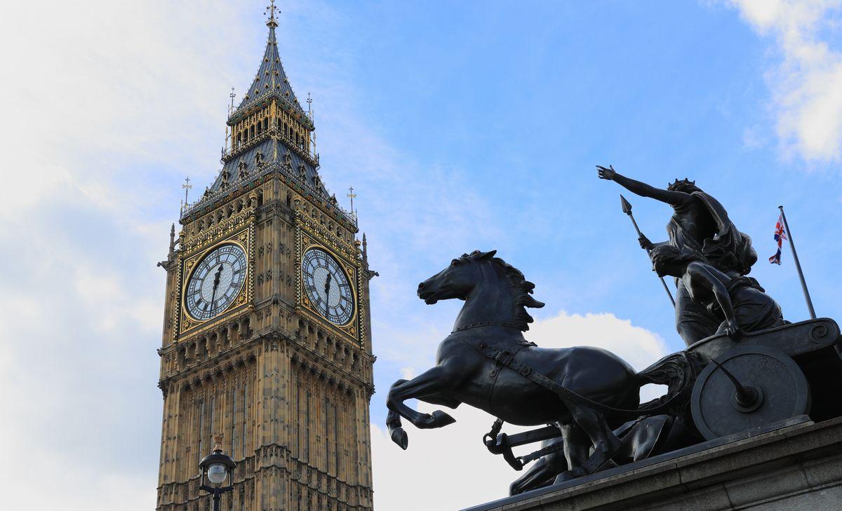 写真・図版 : グリニッジ標準時を示す英国国会議事堂の大時計、ビッグベン=2017年、ロンドン。朝日新聞社