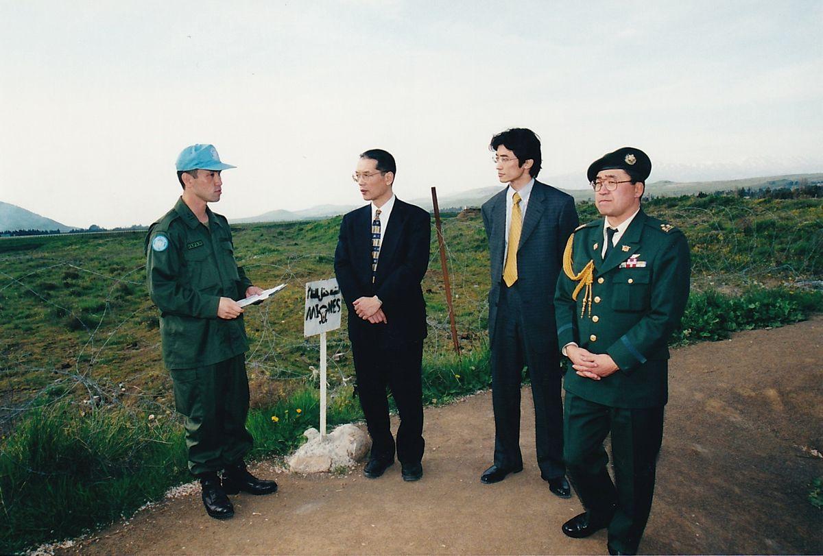 写真・図版 : 2001年、中東のゴラン高原でPKO活動に参加する陸上自衛隊を視察に訪れた黒江氏と後輩(左から2、3人目)=黒江氏提供