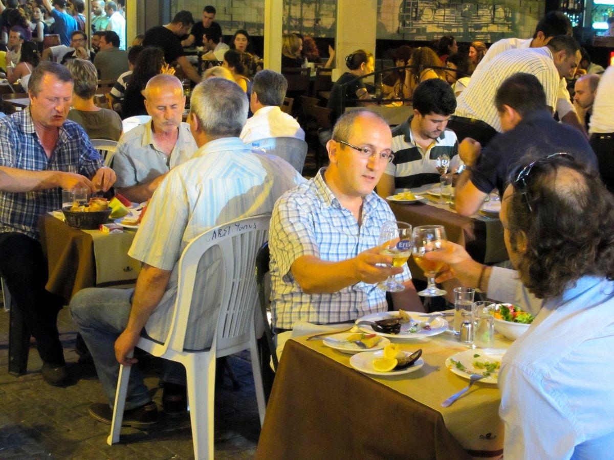 写真・図版 : トルコ・イスタンブールで夕食を楽しむ人たち=2013年。朝日新聞社