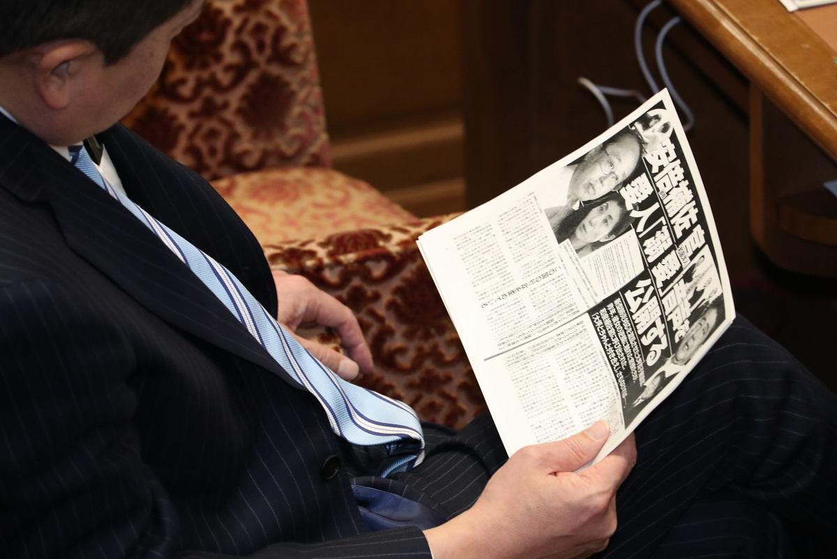 写真・図版 : 「週刊文春」は国会議員も必読? 衆院予算委員会の審議中に、記事のコピーを読む議員=2020年2月19日