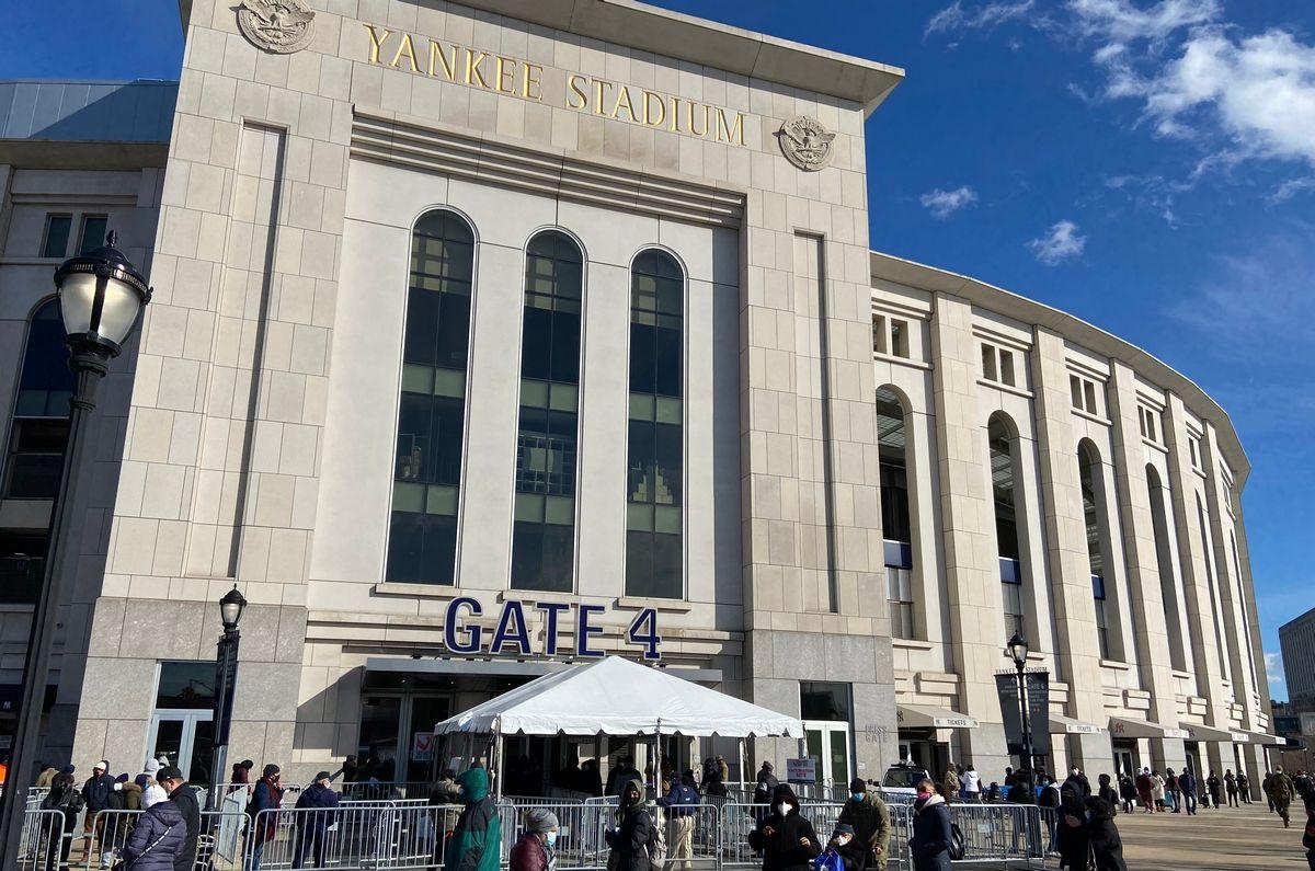 写真・図版 : 大リーグ・ニューヨークヤンキースの本拠地ヤンキースタジアムもワクチン接種会場となった=2021年2月6日(The Curious Eye/Shutterstock.com)