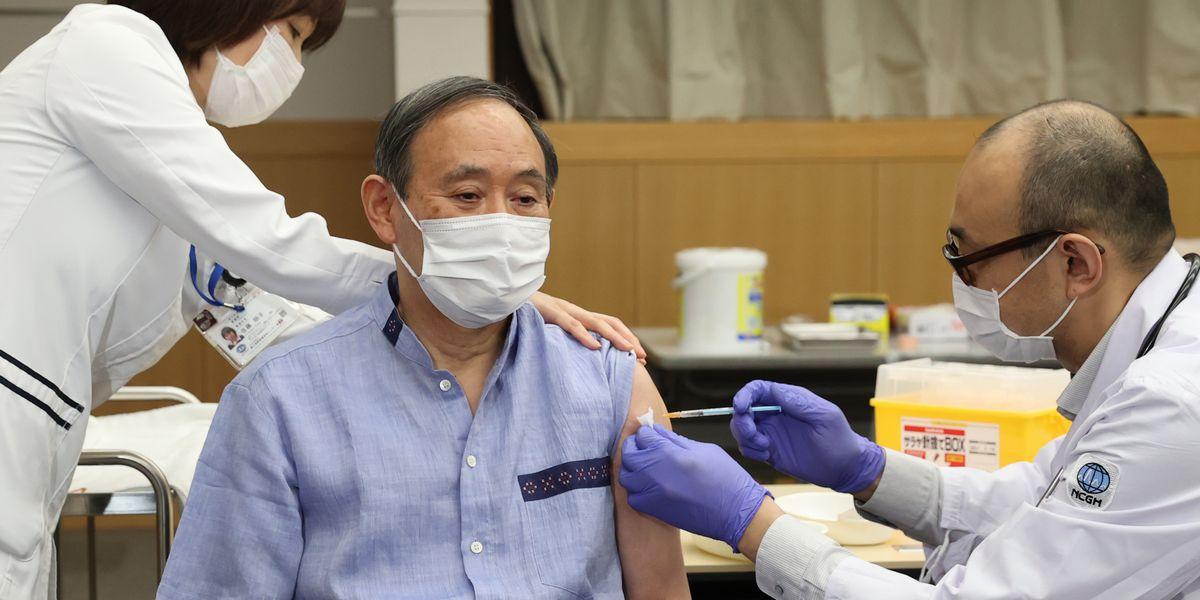 写真・図版 : 新型コロナウイルスワクチンを接種する菅義偉首相=2021年3月16日、東京都新宿区の国立国際医療研究センター