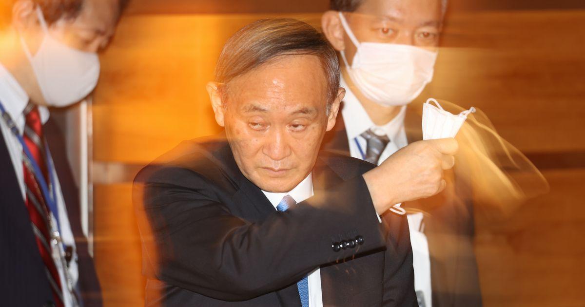 写真・図版 : 東京都への「まん延防止等重点措置」適用について、記者団の取材に臨む菅義偉首相=2021年4月8日、首相官邸