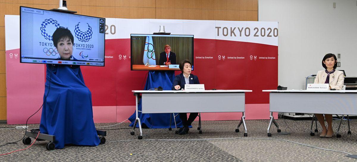 写真・図版 : 東京五輪・パラリンピックに向けた5者協議をする大会組織委員会の橋本聖子会長(中央)。右は丸川珠代五輪相。オンラインで参加する(左から)東京都の小池百合子知事、IOCのバッハ会長=2021年3月20日、東京都中央区