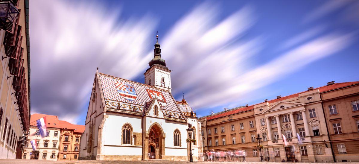 写真・図版 : 歴史は13世紀にさかのぼる聖マルコ教会。辺りの聖マルコ広場に面して国会議事堂、首相官邸、最高裁判所が立ち、国の重要行事はこの教会で行われる(Davor Djopar/Shutterstock.com)