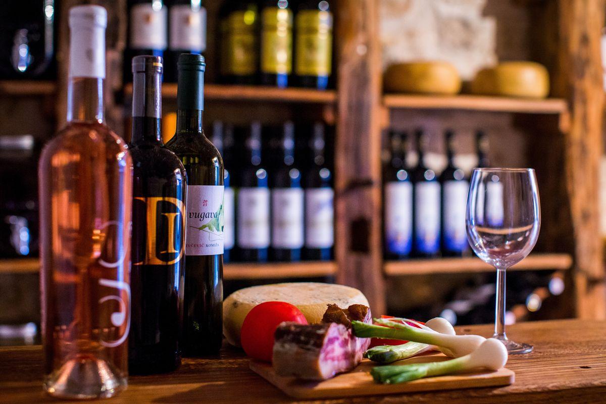 写真・図版 : クロアチア・ヴィス島の歴史あるワイナリー(Stjepan Tafra/Shutterstock.com)
