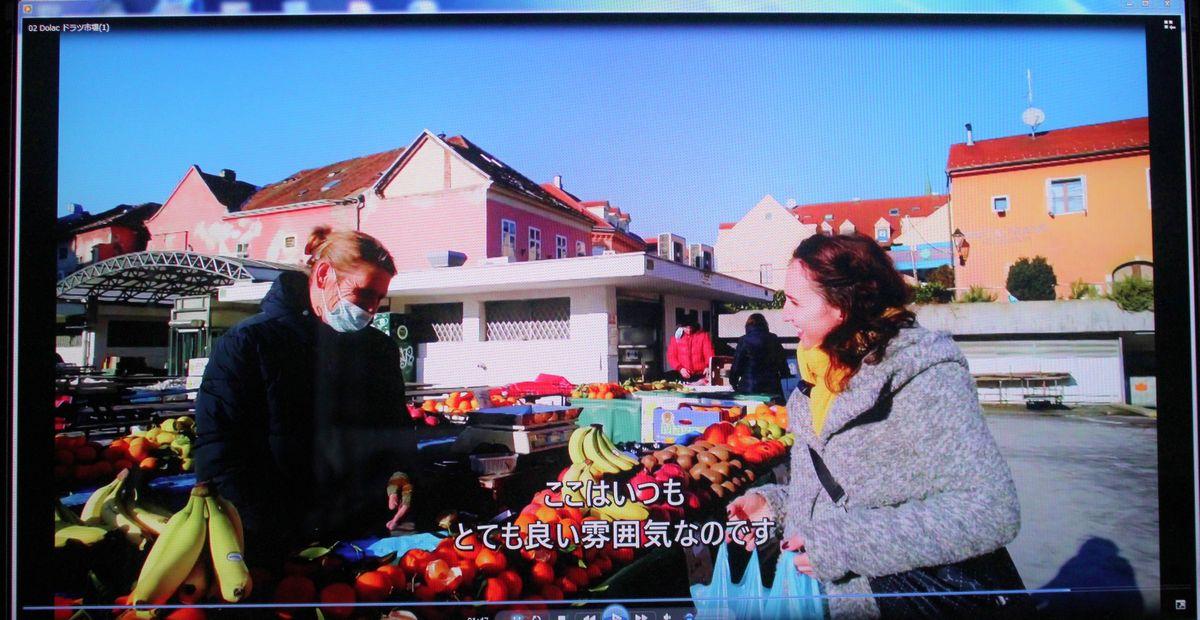 写真・図版 : ザグレブ市民の台所とも言えるドラツ市場。案内役のクリスティーナさんの買い物の様子も紹介された=筆者撮影