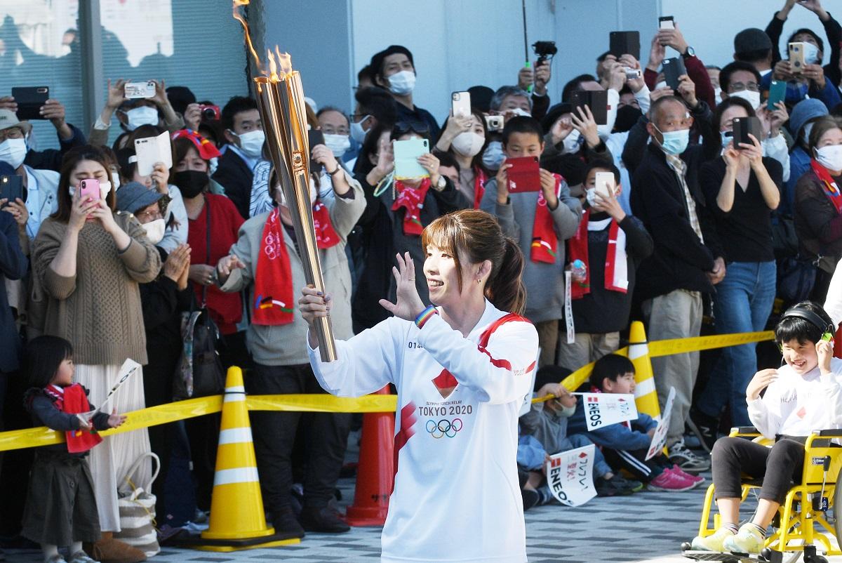 聖火ランナーとして走るレスリング五輪金メダリストの吉田沙保里さん=2021年4月7日、三重県津市北河路町