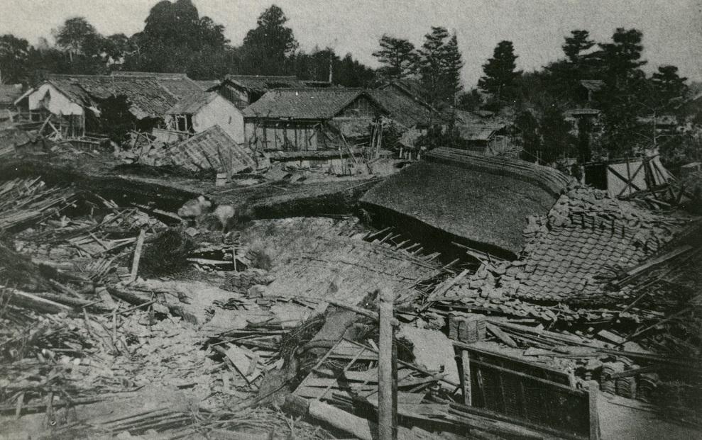 写真・図版 : 濃尾地震で倒壊した多くの家屋=1891年10月28日