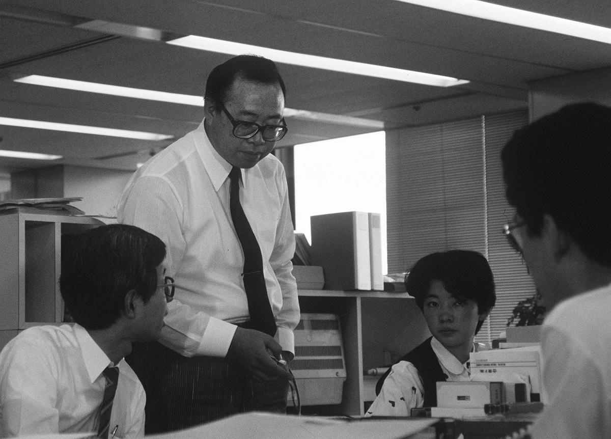 写真・図版 : 歌手活動とともに銀行員としても勤務していた小椋佳=1987年4月、東京・内幸町