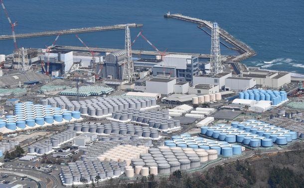 処理済み汚染水の貯蔵タンクが並ぶ福島第一原発=2021年4月12日、朝日新聞社ヘリから