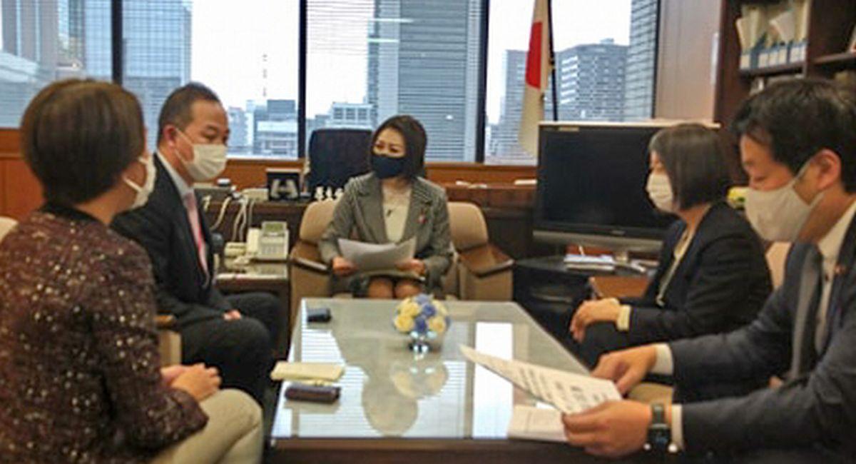 写真・図版 : 三原じゅん子・厚生労働副大臣に陳情し、菅義偉首相あての署名を手渡す関係団体の代表。左から2人目は筆者=2021年3月2日