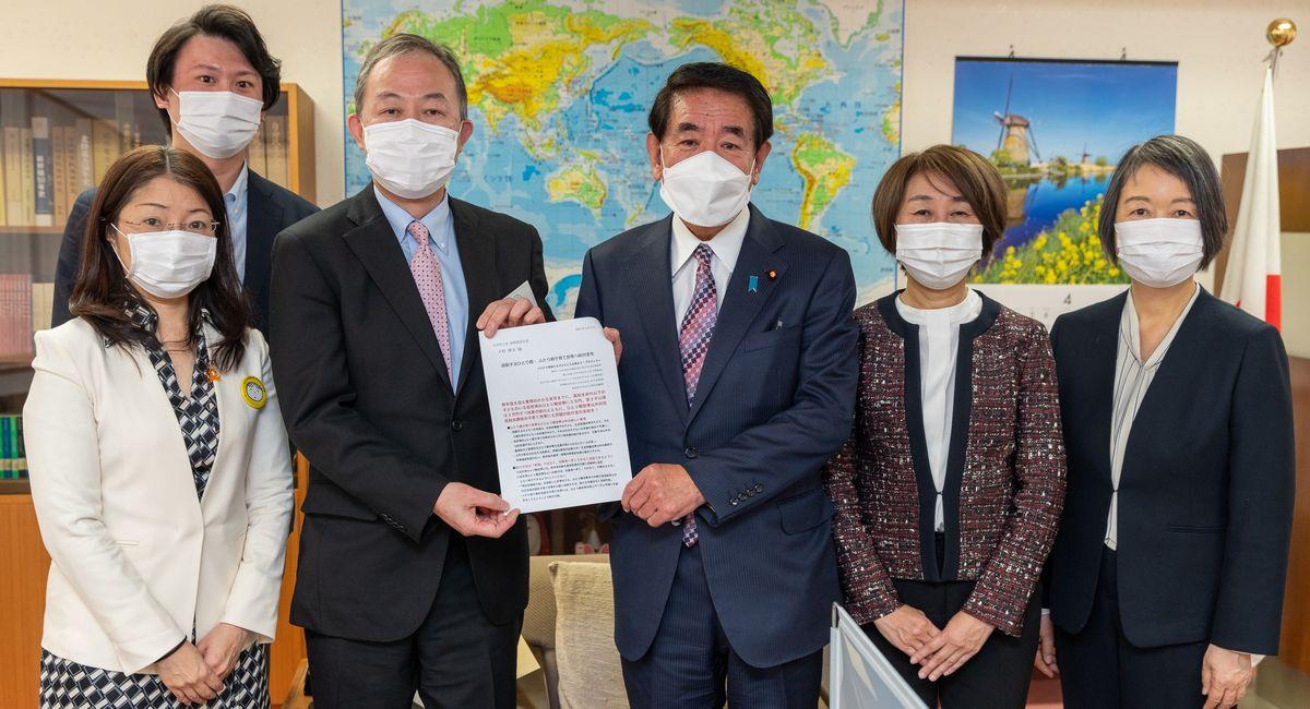 写真・図版 : 自民党の下村博文政調会長に面会して要望書を手渡した関係団体の代表=2021年3月14日