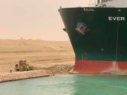写真・図版 : 座礁した大型貨物船の船首部分。スエズ運河のへりに衝突した(スエズ運河庁提供)=2021年3月23日、エジプト東部スエズ近郊