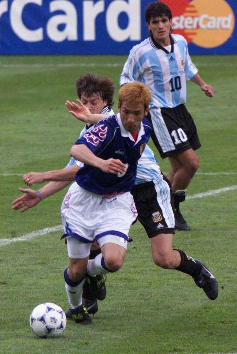 写真・図版 : 1998年6月、W杯アルゼンチン戦でドリブルする日本代表の中田英寿選手=仏・ツールーズの市営競技場で