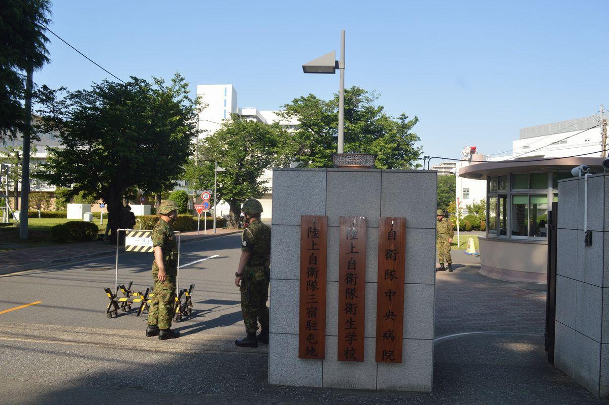 写真・図版 : 東京都世田谷区の陸自三宿駐屯地内にある自衛隊中央病院への門=2019年。藤田撮影