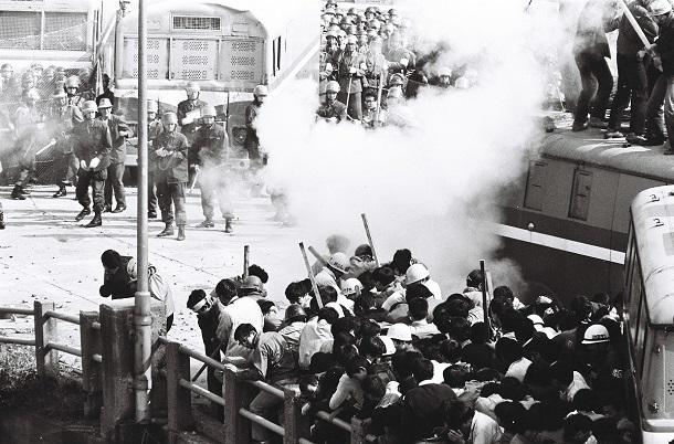 弁天橋上で警官隊は「催涙ガスを使用する」と警告しガス弾を発射した1967年10月8日